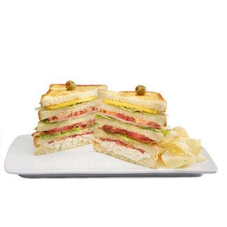 Sándwich con pollo, jamón, queso kraft y tocino