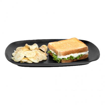 sándwich con pollo, lechuga, aderezo cesar y queso parmesano