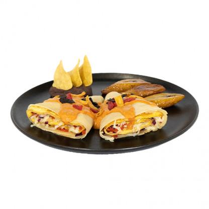 Crepe rellena de huevo con tomate, queso