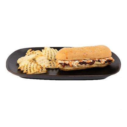 Pan relleno de lomo de cerdo con barbacoa, queso y cebolla