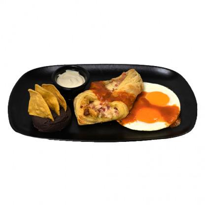 hojaldre rellena de tocino y queso mozzarella con huevos