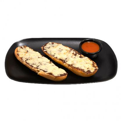 Pan con frijoles volteados y queso mozzarella