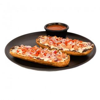 Pan con frijoles volteados, queso mozzarella, jamón