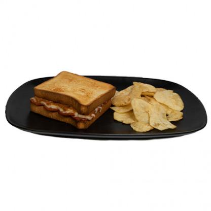 sándwich relleno de pepperoni, queso mozzarella, salsa boloñesa con carne molida