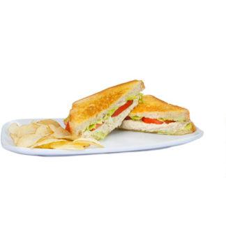 sándwich de pollo, lechuga, mostaza, tomate.