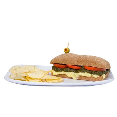 Pan con espinaca, queso suizo derretido y tomate
