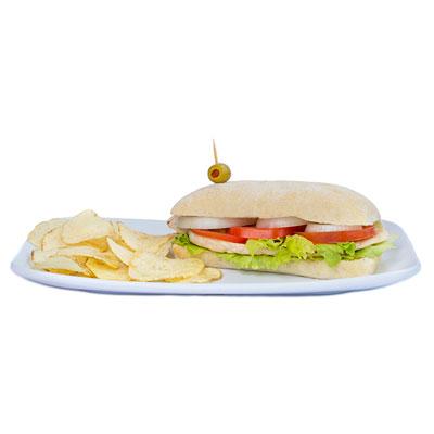 Pan con pechuga a la plancha con tomate y lechuga.