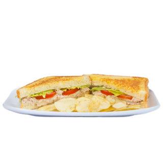 Pan con lechuga, tomate, y atún.