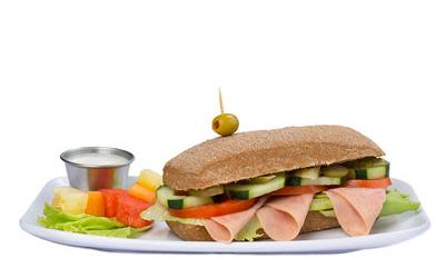 Pan ciabatta con jamón, tomate, pepino y pepinillos